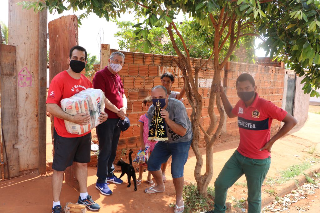 Brazil - UniSALESIANO delivers food baskets to needy families of the Oratory Don Bosco