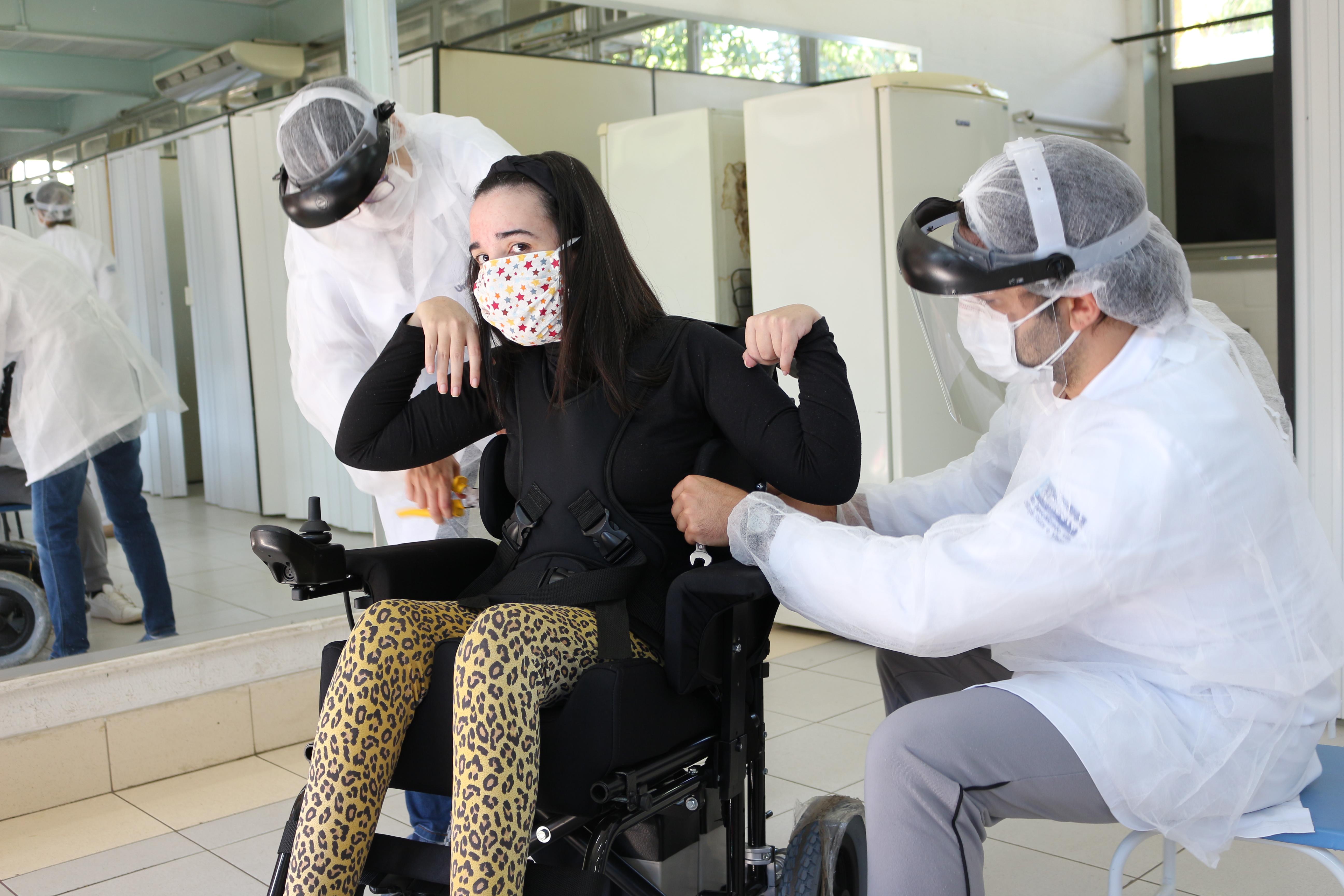 CER II Unileste_ entrega cadeiras de rodas, Centro Universitário Católica do Leste de Minas Gerais (Unileste), Brasil