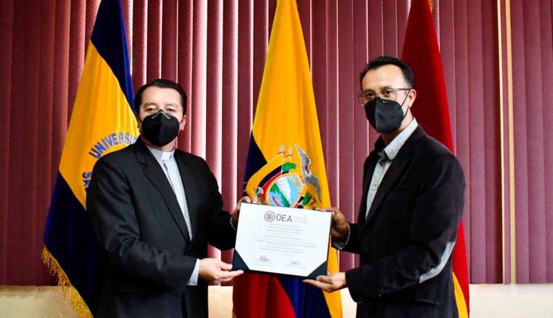 P. Juan Cárdenas Tapia, Rector de la UPS y Fernando Pesántez, vicerrector General de la UPS reciben el certificado otorgado por la OEA