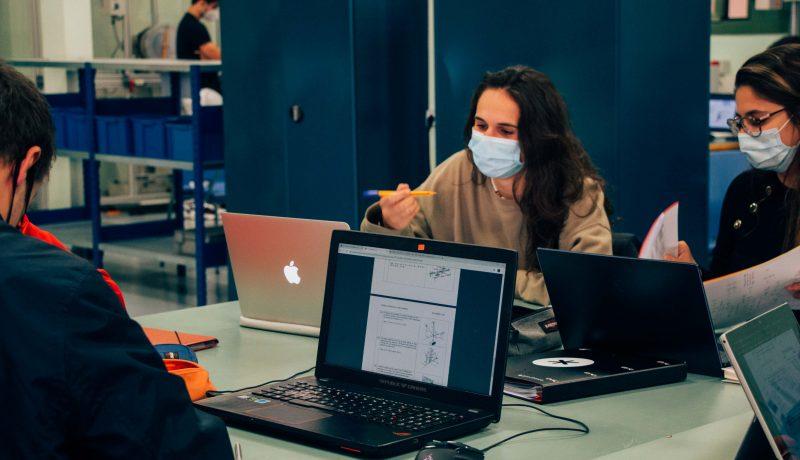 Estudiantes en las instalaciones de la Escola Universitària Salesiana de Sarrià, Barcelona España