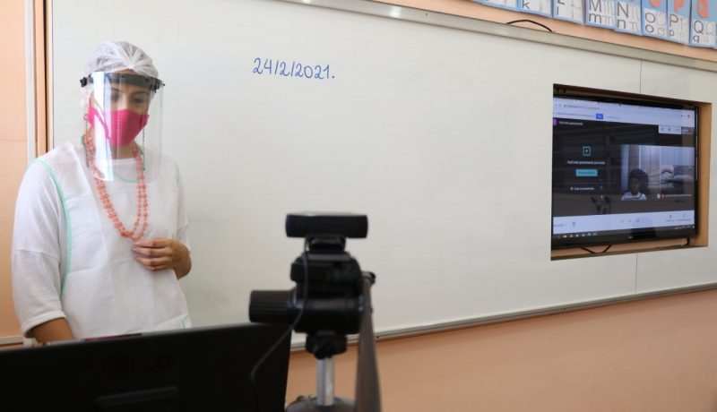 """A teacher from the Salesian School """"Dom Luiz Lasgna"""", instructing classes, following the new guidelines and safety measures for returning to class."""