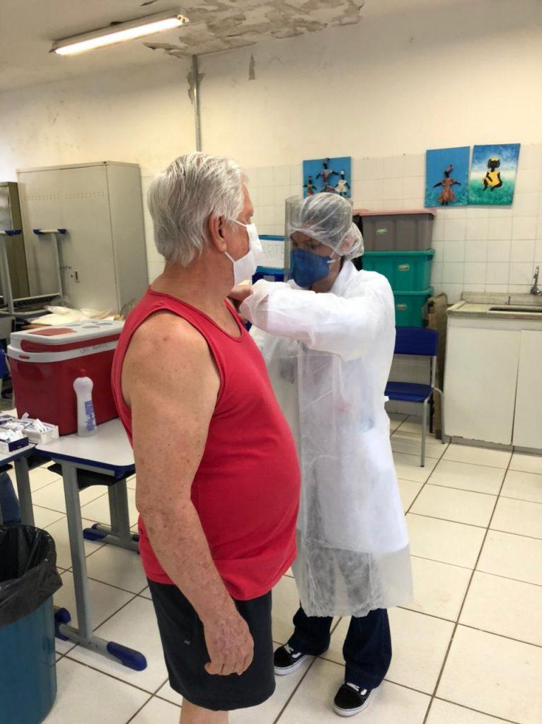 alunos do curso de medicina da Unisalesiano participam da vacinação de idosos em araçatuba brasil