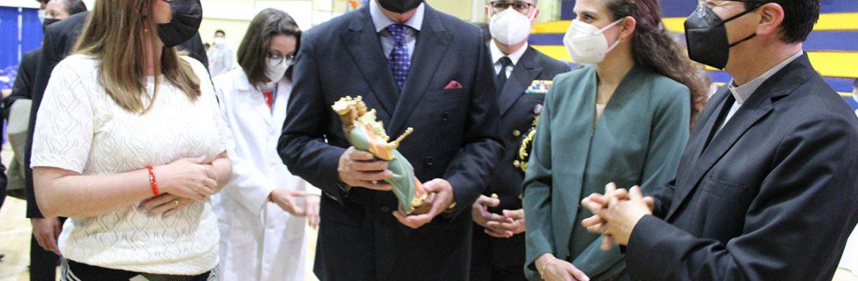 María Sol Villagómez y P. Juan Cárdenas durante la entregan de la imagen de María Auxiliadora al vicepresidente Alfredo Borrero, UPS