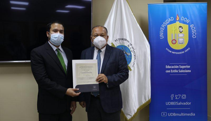Misael Melgar, decano de la Facultad de Aeronáutica de la Universidad Don Bosco renueva por tercera vez, a la Universidad Don Bosco, el Certificado de Operación de Organización de Instrucción de Mantenimiento Aprobada RAC-147