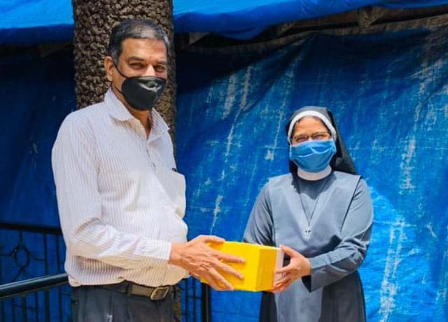 Staff from Don Bosco College Panjim, distributed contributions girl's orphanage at Siridao belonging to the Asha Sadan Social Centre to providea helping hand to the needy during this second phase of the pandemic.