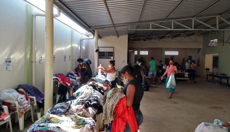 Famílias atendidas pelo Oratório Dom Bosco, na região dos bairros Água Branca 1, 2 e 3, ganharam roupas, sapatos e acessórios, no sábado, dia 17 de julho.
