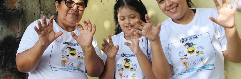 """Integrantes del Grupo de Investigación en Artes y Humanidades (ATARAXIA) de la universidad Politécnica Salesiana del Ecuador lleva adelante el proyecto """"El Teatro como Catalizador de Mentes Creativas"""", el cual beneficiará a niños con Síndrome de Down (SD)"""