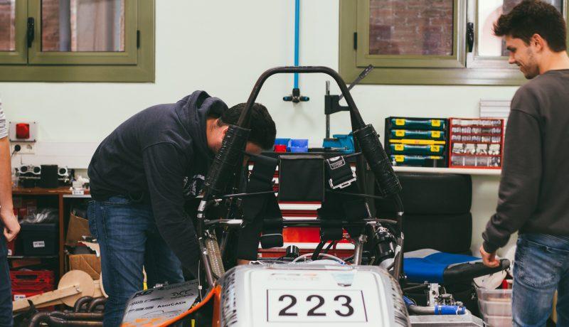 Estudiantes de la Escola Universitària Salesiana de Sarrià (EUSS)  de los grados de Ingeniería de Automoción y  Ingeniería en Energías Renovables y Eficiencia Energética.