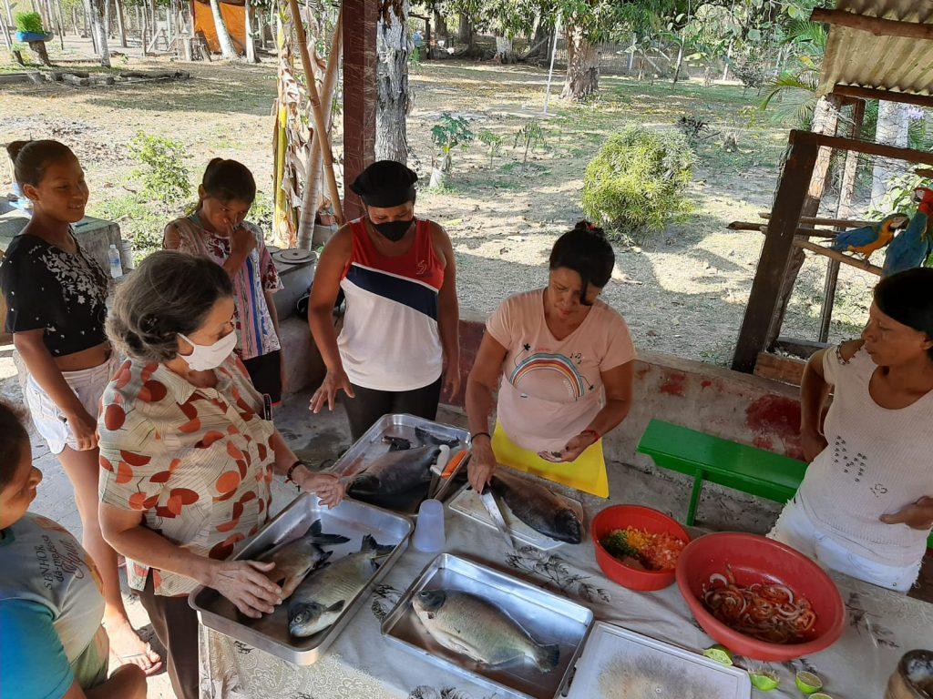 Brasil - Mulheres indígenas participam de atividade culinária oferecida pelo UniSALESIANO